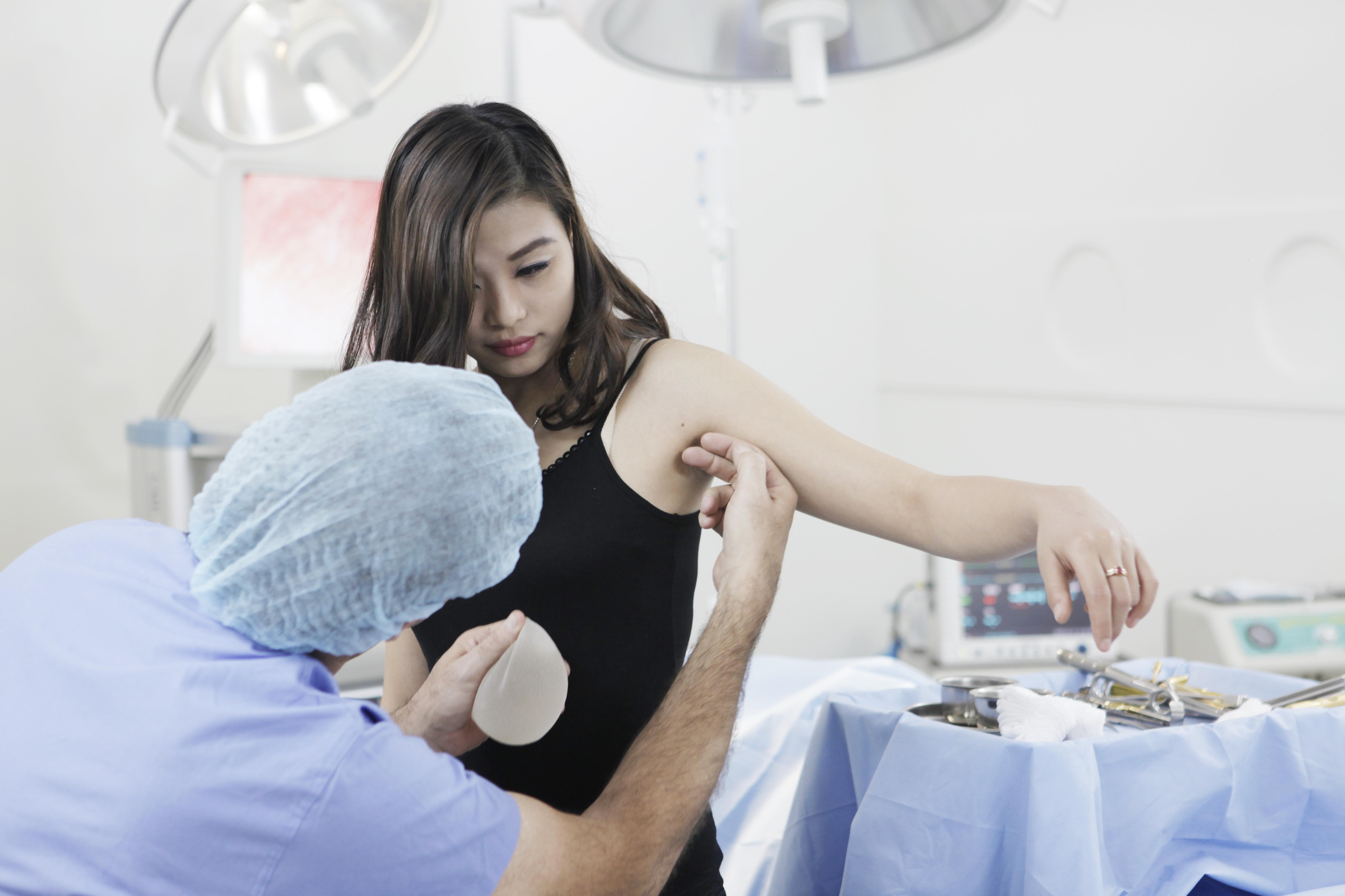 Các bước nâng ngực nội soi an toàn